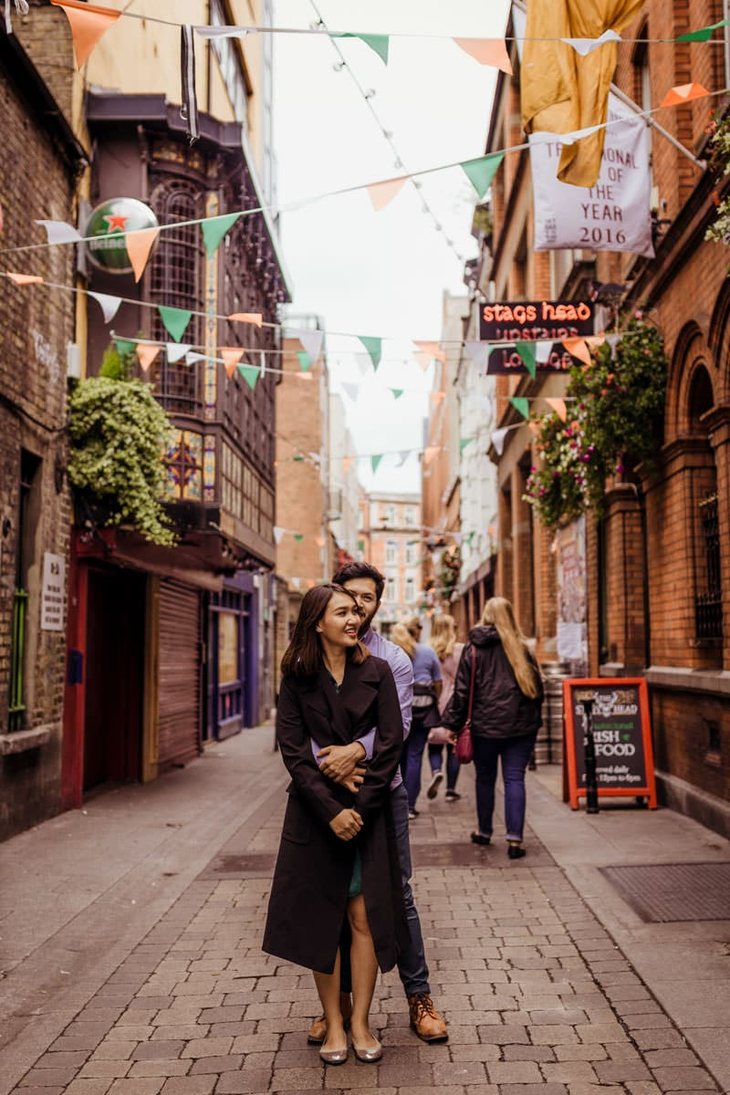 couple photography in temple bar dublin